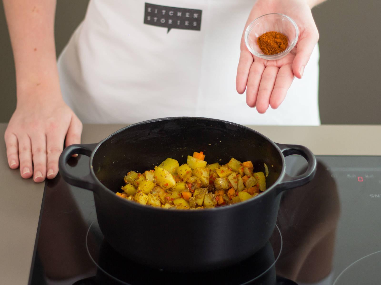 Zwiebeln, Knoblauch, Chili und Ingwer in einem großen Topf bei mittlerer Hitze anbraten. Kartoffeln und Karotten hinzugeben und für weitere ca. 4 - 5 Min. anbraten. Linsen hinzugeben und nochmals für ca. 2 - 3 Min. anbraten. Tomatenmark und Gewürze hinzufügen, konstant umrühren und alles für weitere 1 - 2 Min. anbraten.