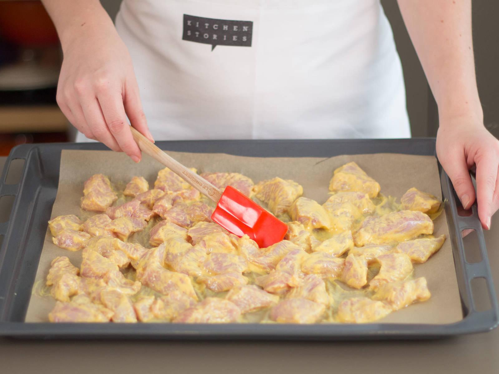 Backofen auf 180°C vorheizen. Mariniertes Hühnchen auf ein mit Backpapier ausgelegtes Backblech geben und ca. 25 – 30 Min. backen.
