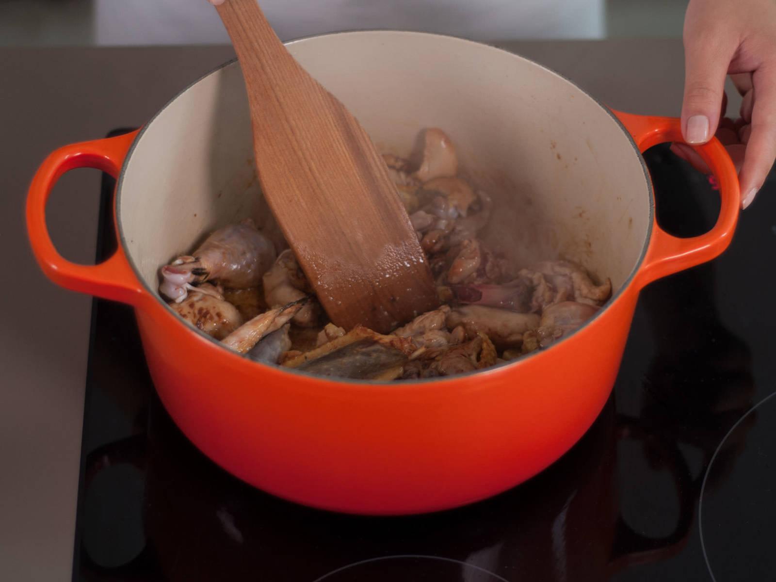 向大锅中加入植物油和糖。用中温加热,至糖呈焦糖状。倒入鸡肉块,翻炒1-2分钟,至鸡肉呈棕色。