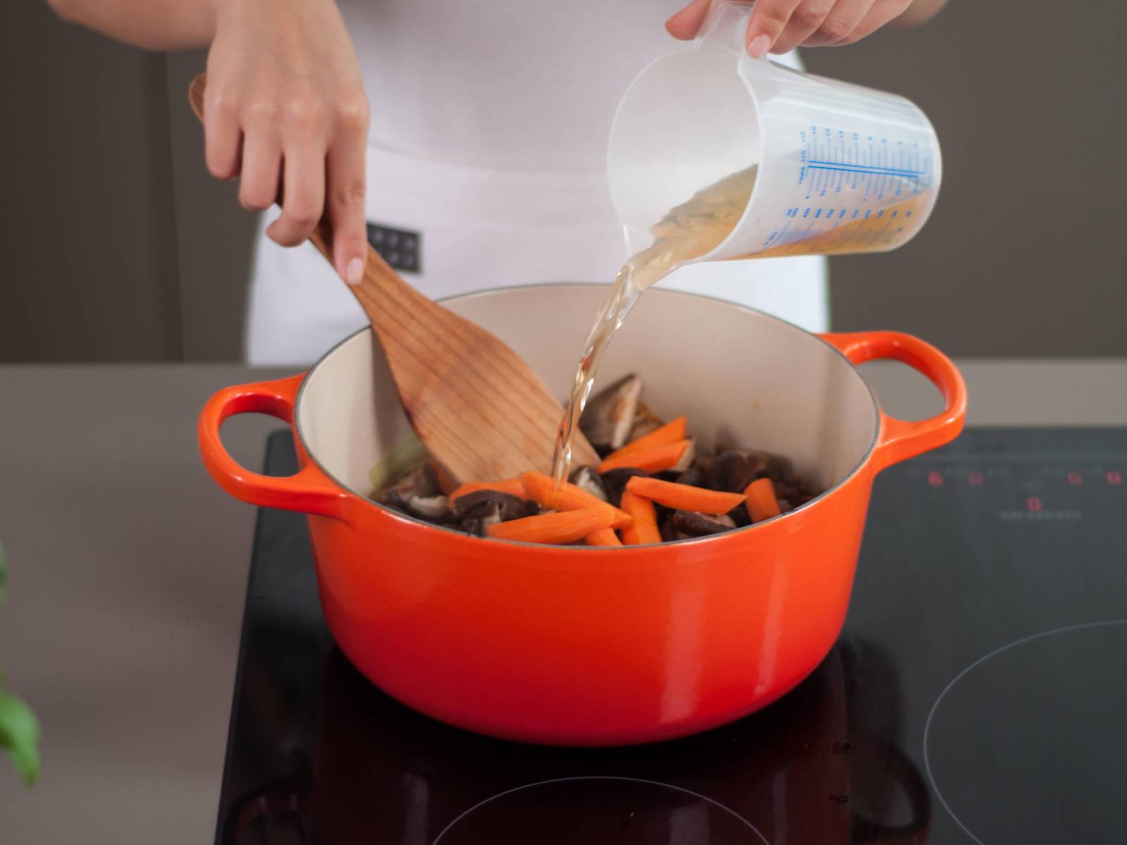 向锅中加入香菇、胡萝卜、栗子与留存的香菇水。待汤汁煮沸后,调至低温,加盖继续炖煮25-30分钟,并不时搅拌,至鸡肉煮熟,胡萝卜变软。可盖在米饭上享用!