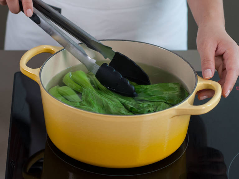 Bring a large saucepan of water with oil and salt to a boil. Dip the roots of the bok choy into the water for approx. 20 sec., then immerse all of it for approx. 1 min. Transfer to an ice bath to stop cooking process.