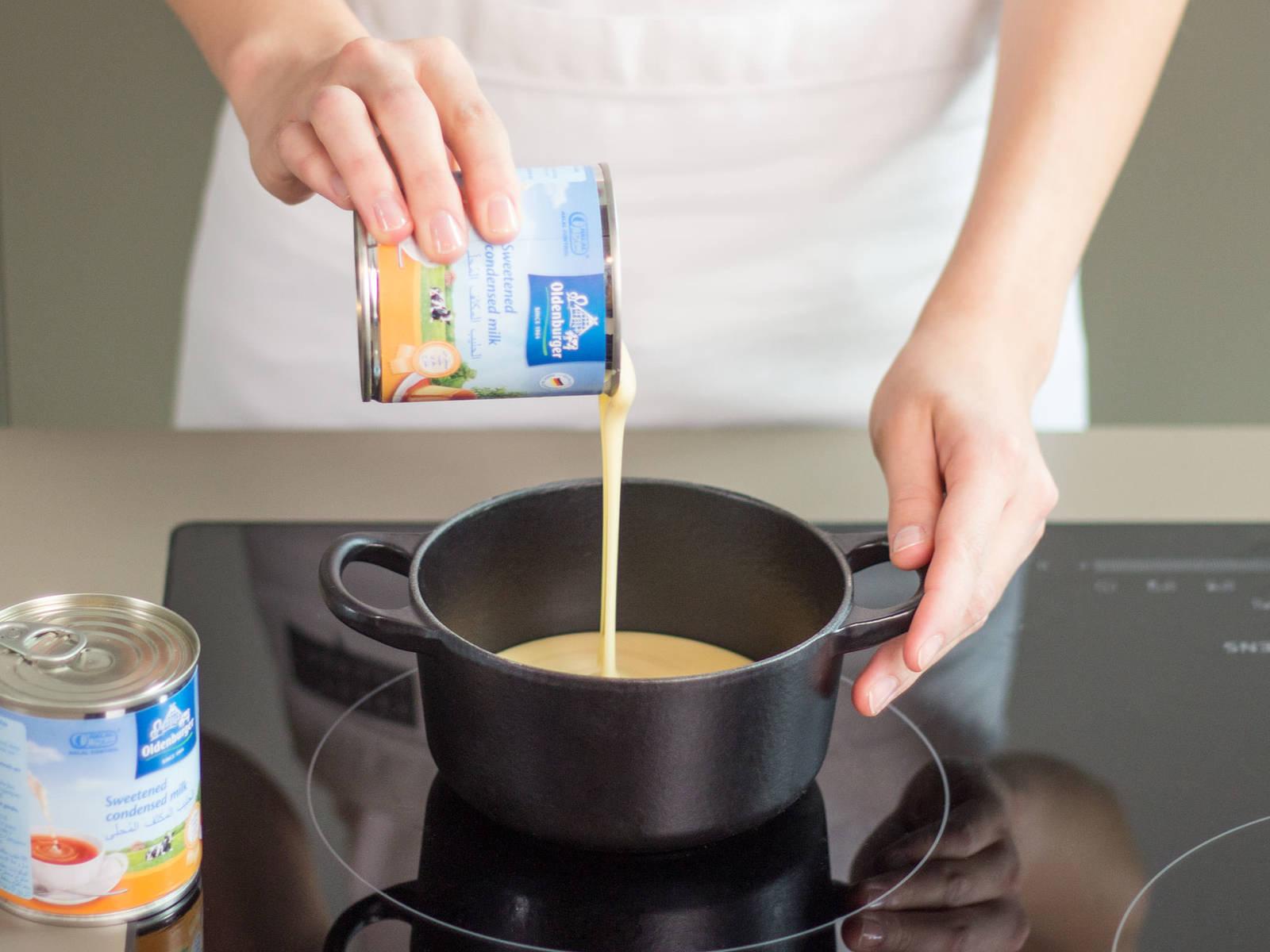 在小平底锅中,中火加热甜炼乳,煮3-5分钟。