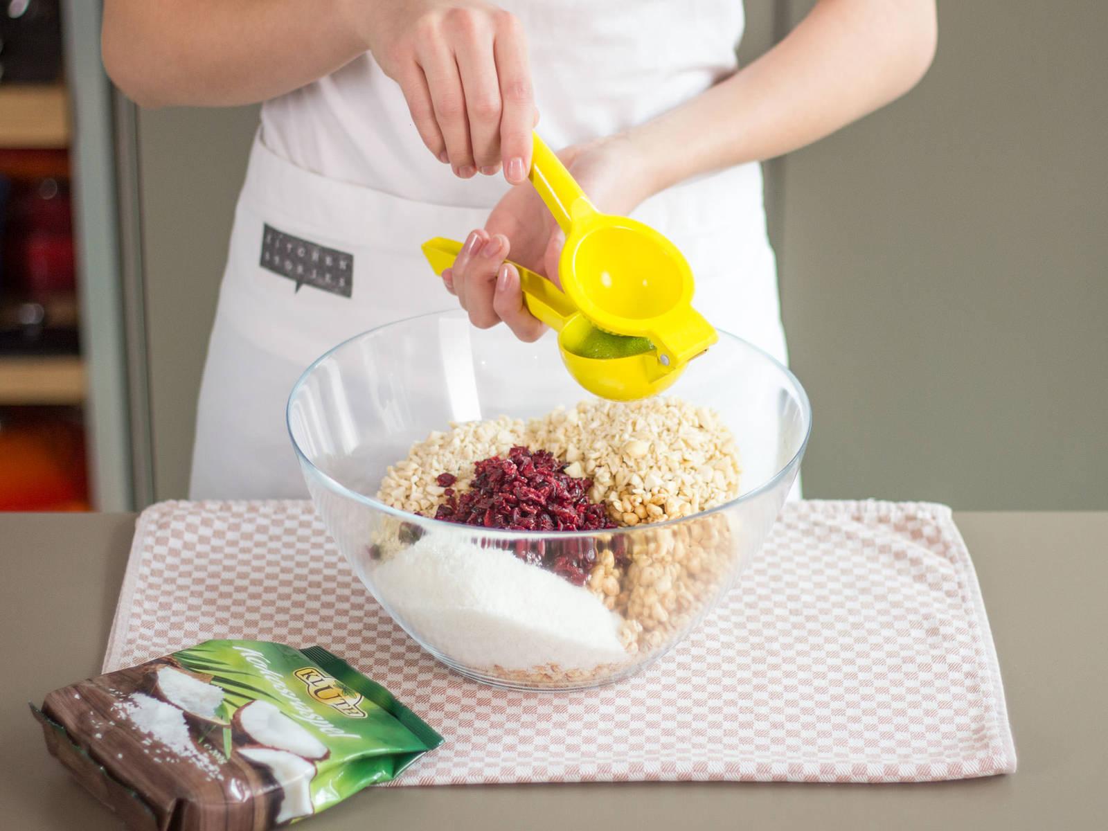 在大碗中混合蔓越橘干、杏仁、花生、干椰子片、麦片、膨化小麦和青柠汁。