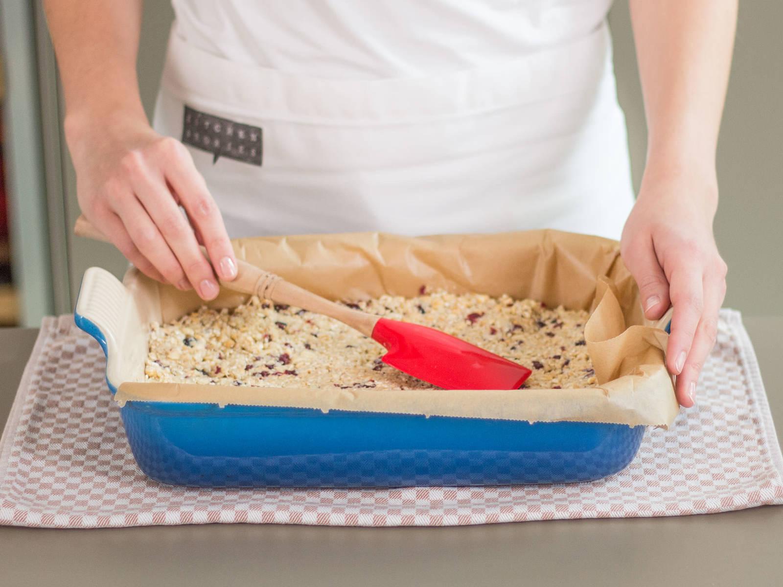 Masse in eine mit Backpapier ausgekleidete ofenfeste Form geben und mit einem Gummispatel glatt streichen. Anschließend im vorgeheizten Backofen bei 130°C ca. 45 – 50 Min. goldbraun backen. Aus dem Ofen nehmen und ca. 10 Min. abkühlen lassen.