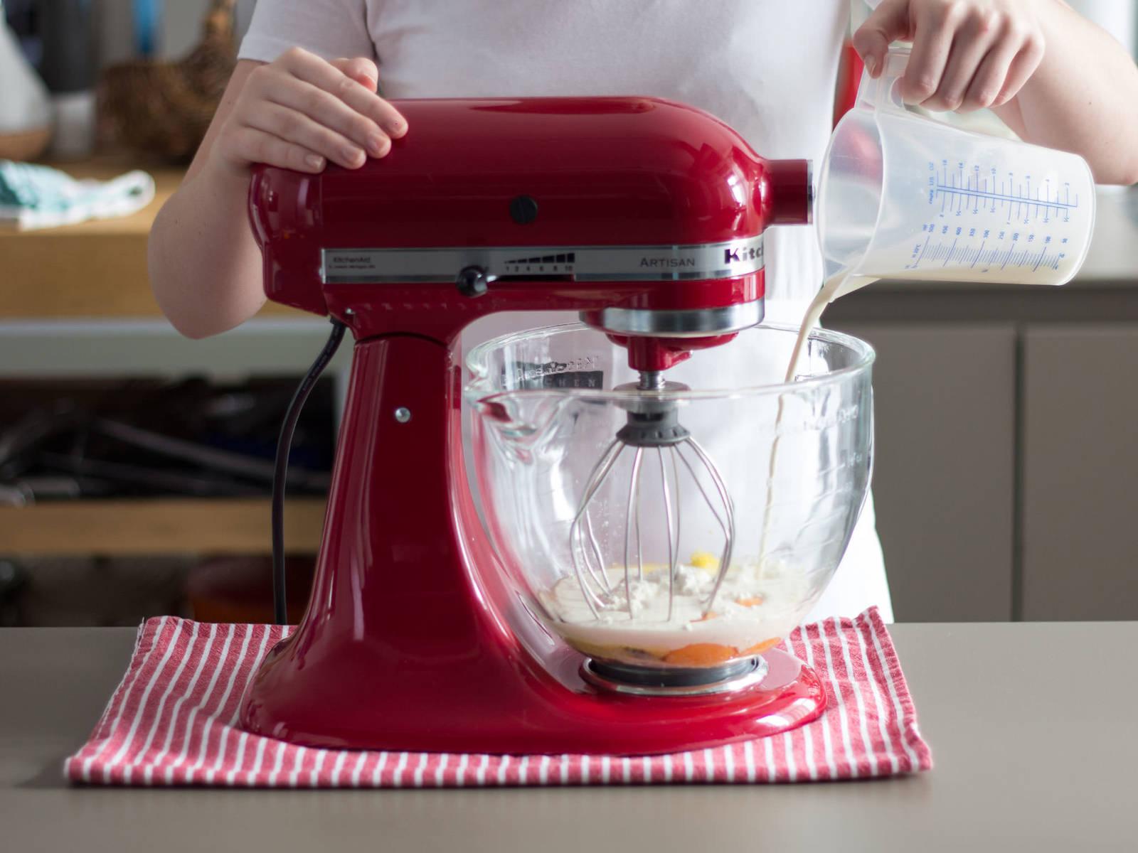 Zitrone und Orange abreiben und beiseitestellen. Mehl, Sahne, Eigelb, einen Teil der Vanilleschote, einen Teil des Zitronenabriebs und eine Prise Salz in die Küchenmaschine geben. Zu einem glatten Teig schlagen. Teig in eine Schüssel geben und beiseitestellen.
