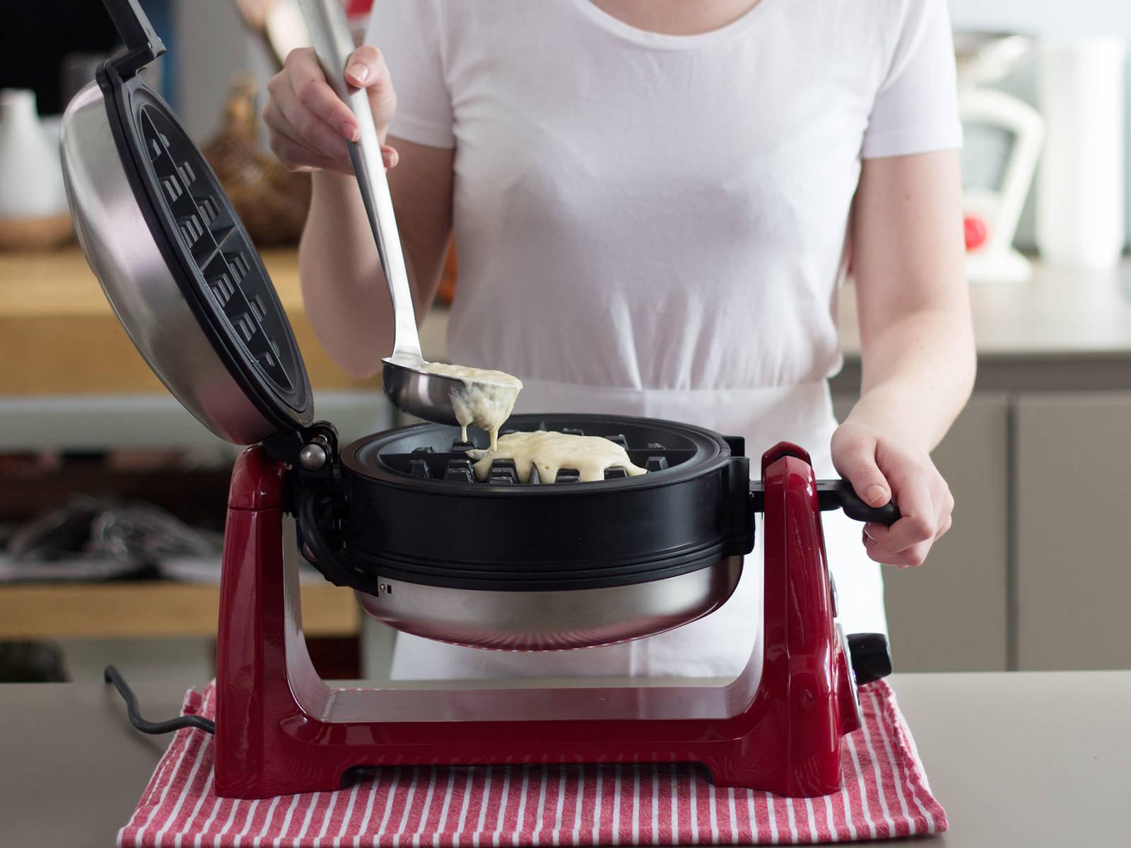 Waffeleisen vorheizen und mit Butter einfetten. Einen Teil des Teigs in das Waffeleisen geben und für ca. 3 – 4 Min. backen, bis die Waffel gold-braun ist. Direkt servieren und mit Blaubeersoße und Puderzucker anrichten.