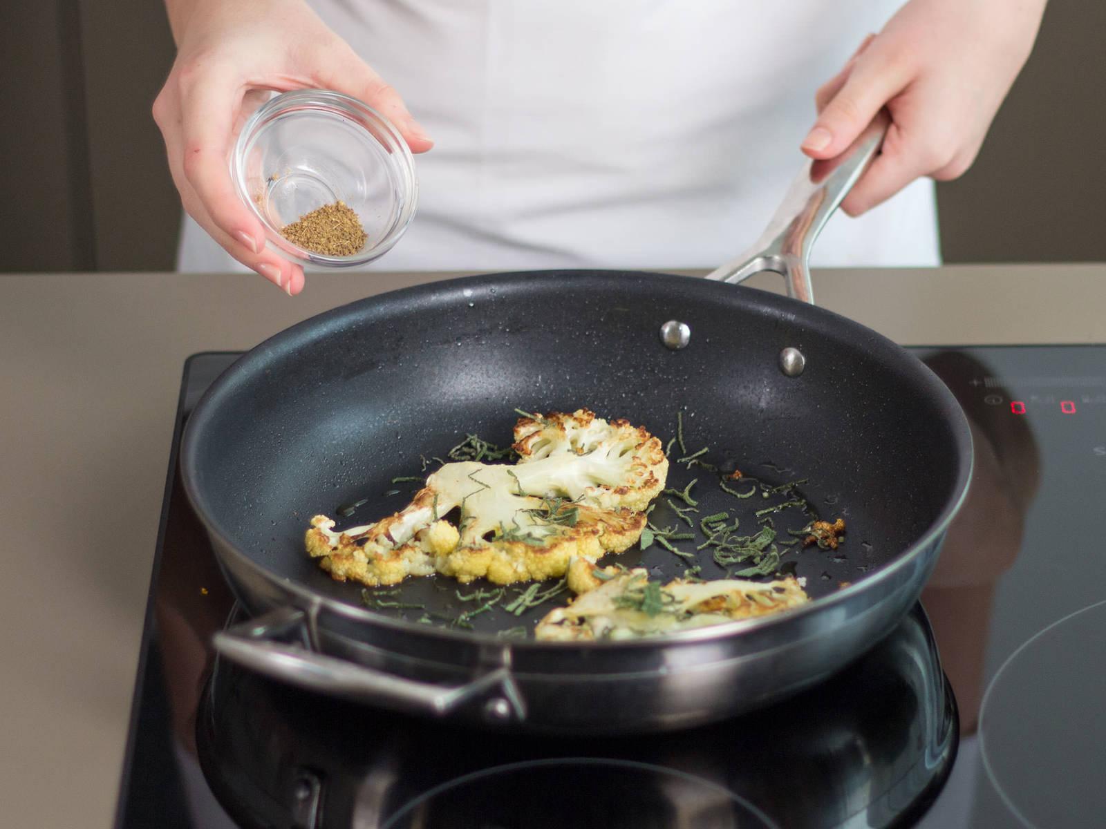 Inzwischen etwas Pflanzenöl in einer großen ofenfesten Pfanne erhitzen. Blumenkohlsteaks bei mittlerer Hitze ca. 4 – 6 Min. auf jeder Seite anbraten, bis sie eine schöne Bräune bekommen. Mit Salbei und Anis bestreuen.