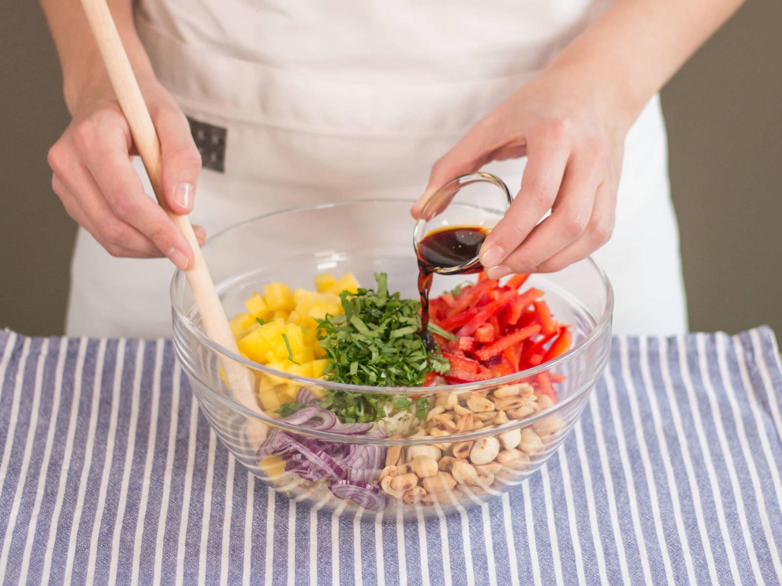 Mango, Paprika, rote Zwiebel, Koriander, Erdnüsse, Reis und Sojasoße in einer großen Schüssel vermengen. Nach Geschmack mit Salz und Pfeffer würzen. Guten Appetit!