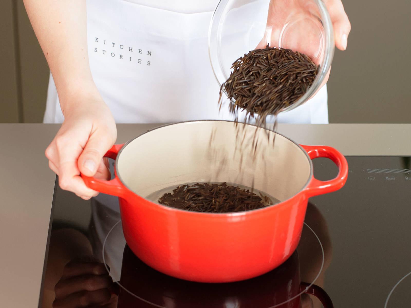 Wildreis in gesalzenem Wasser zum Kochen bringen und bei geringer Hitze abgedeckt ca. 35 – 40 Min. kochen. Vom Herd nehmen und beiseitestellen.