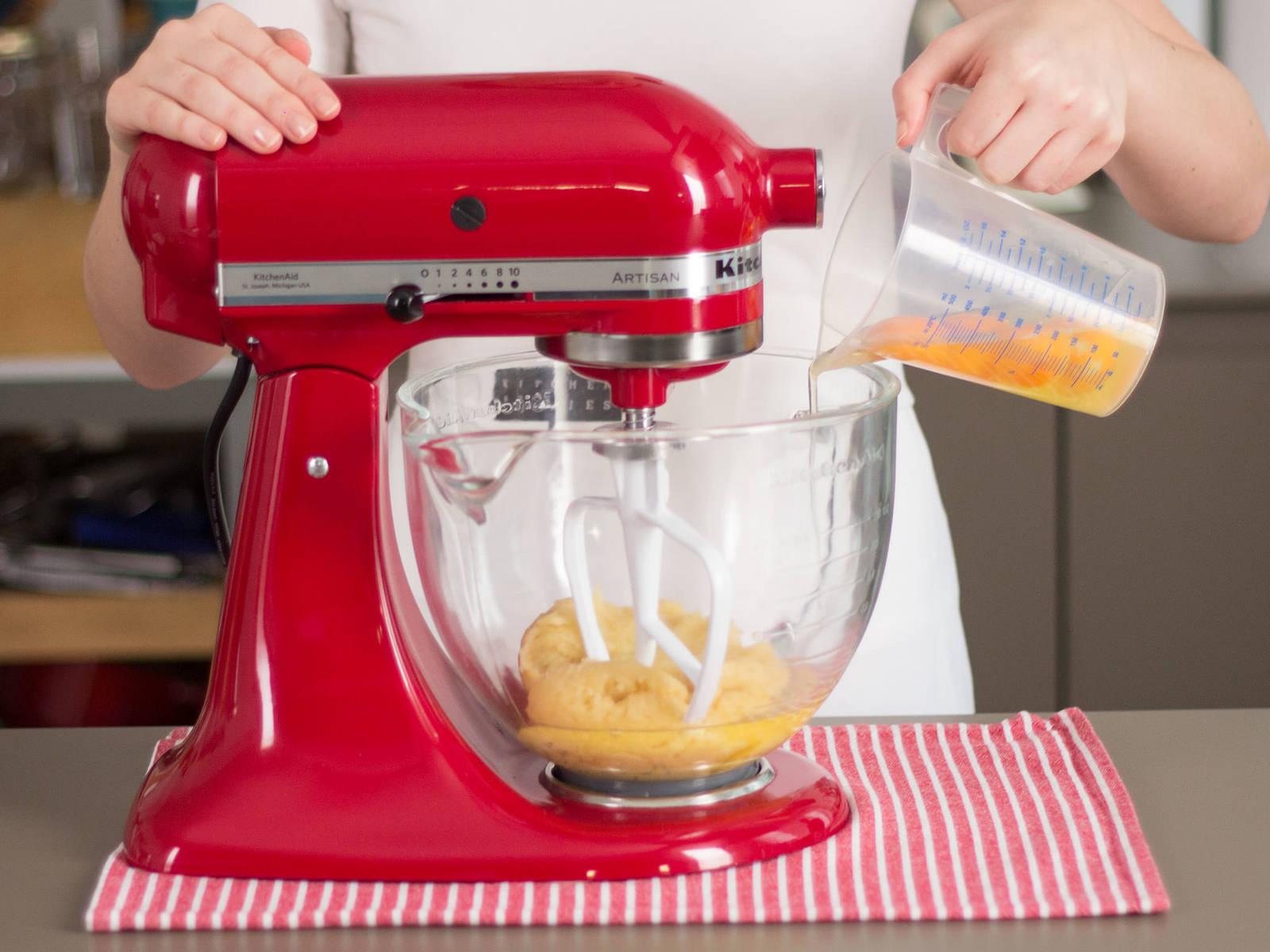 将鸡蛋加入立式搅拌机,搅拌至两者合一,形成光滑的面团。将面团转入星形裱花袋。