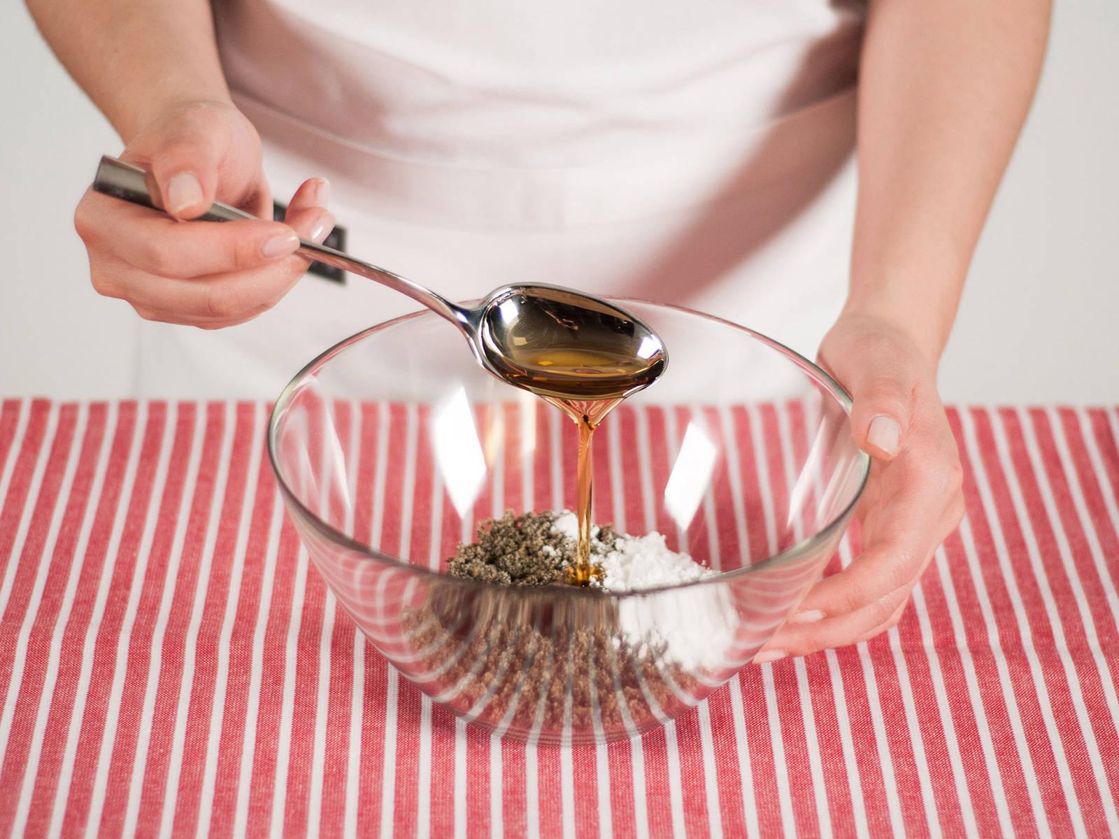 将花生与黑芝麻分别放入煎锅中烘熟, 再用食品料理机磨碎。然后将其放入小碗中,加入糖粉与枫糖搅拌均匀。