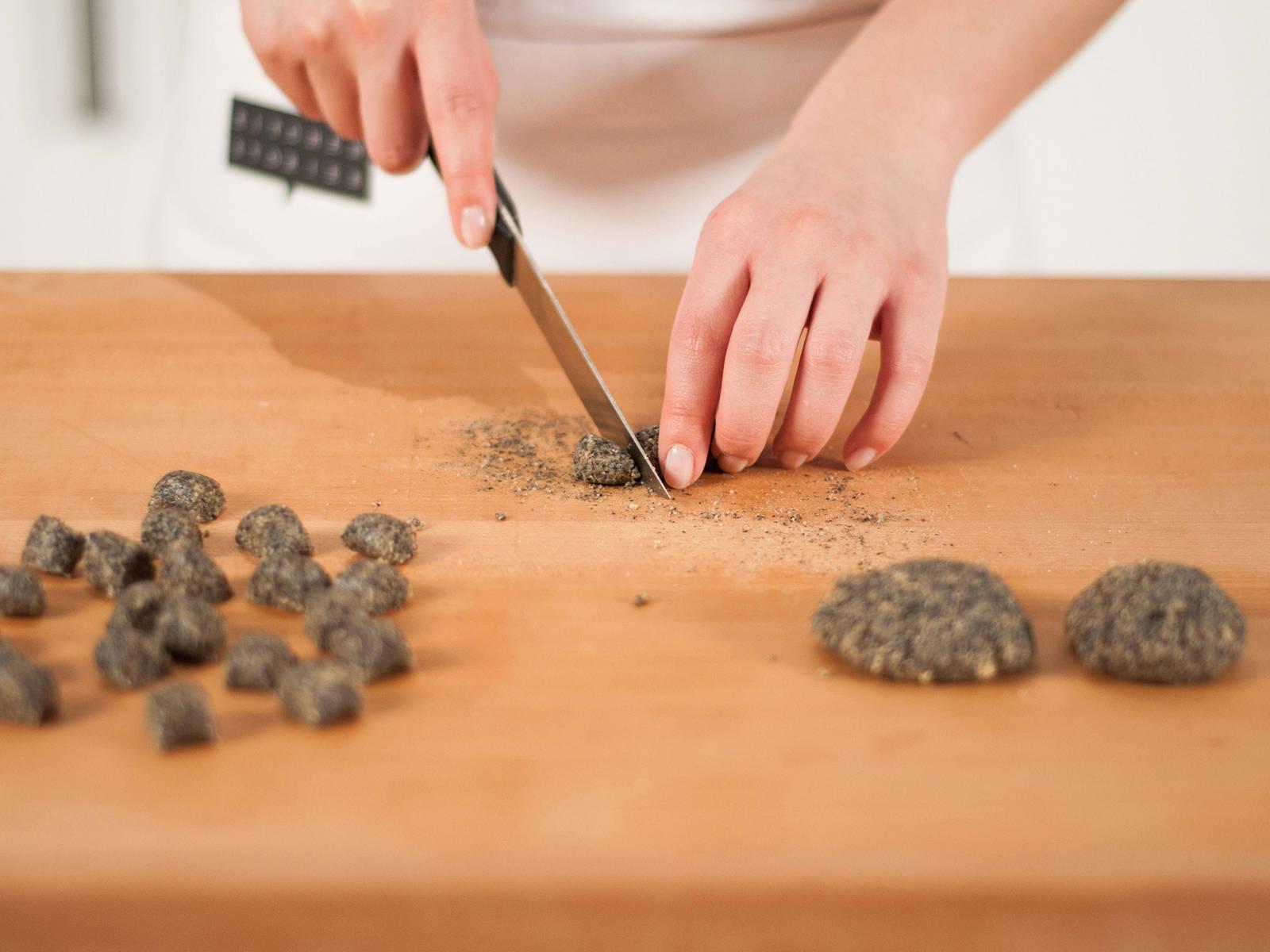将馅料移至砧板上,分成4等份。将每份揉成圆柱形,然后切成榛子大小的块。