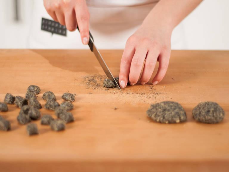 Füllung auf einem Schneidebrett platzieren und in vier gleich große Portionen teilen. Jede Portion zu einer kleinen Rolle formen und in haselnussgroße Stücke schneiden.