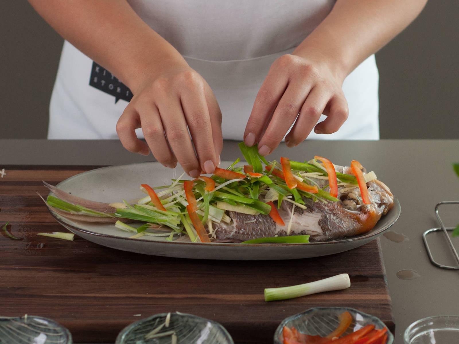 Wasser in einem großen Topf zum Kochen bringen und Dampfgaraufsatz darauf platzieren. Den Fisch in den Dampfgaraufsatz legen und ca. 8 Min. dämpfen. Anschließend die Herdplatte ausschalten und den Fisch ca. 3 Min. weiterdämpfen lassen. Den Fisch auf einen Teller geben und überschüssige Flüssigkeit entfernen. Mit Julienne-Gemüse garnieren. Pflanzenöl in einer Pfanne erhitzen, anschließend über den Fisch geben und mit Sojasoße besprenkeln. Guten Appetit!
