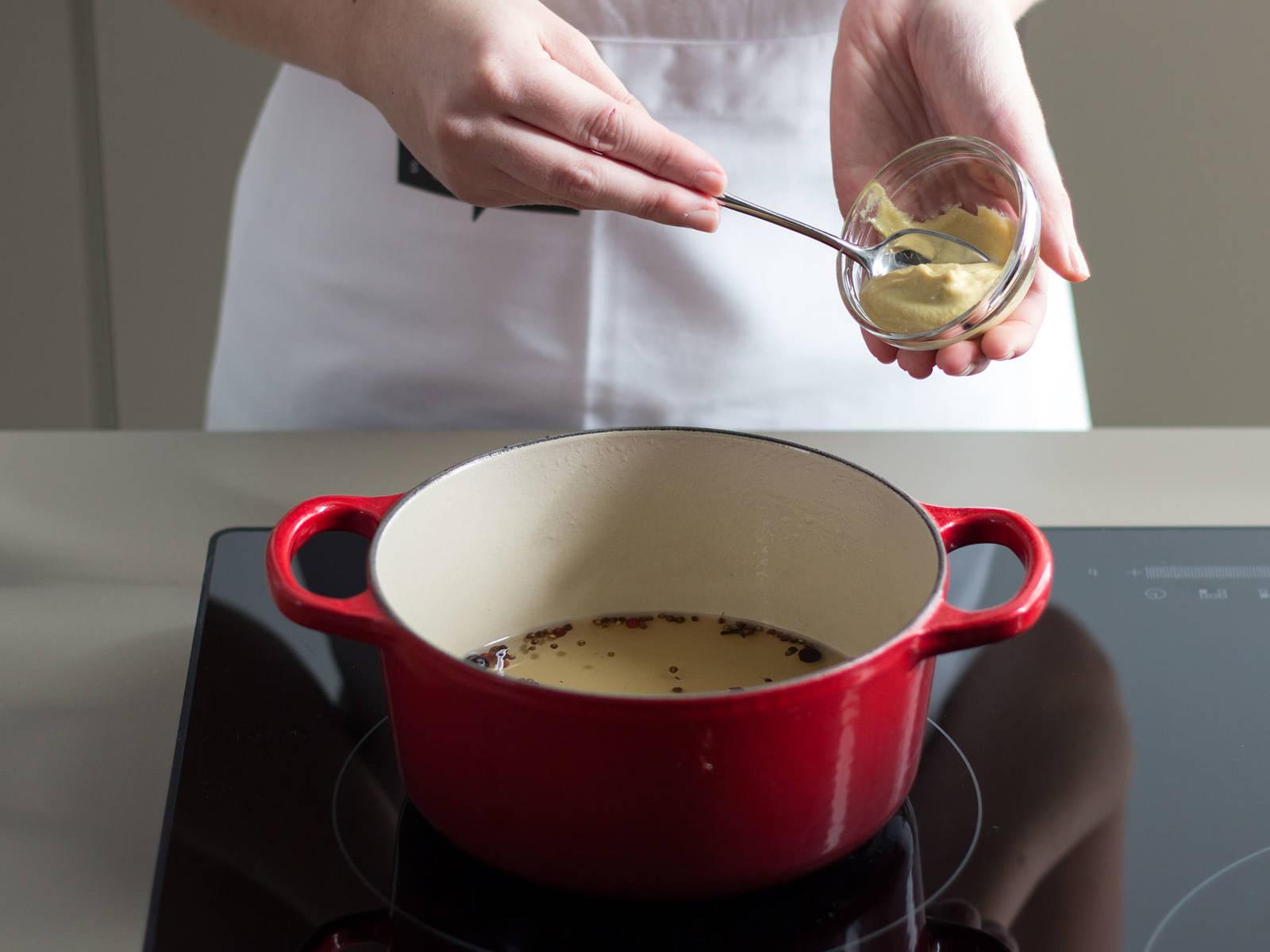 向小锅中加入杜松子、香菜籽、丁香、胡椒、芥末酱、水、白葡萄酒、糖与盐,用中温加热5-10分钟。