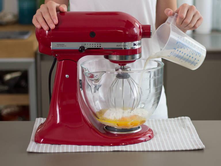 Mehl, Eier, Butter, Salz und Milch in einer Küchenmaschine ca. 3 – 5 Min. rühren, bis sich ein glatter, ebenmäßiger Teig gebildet hat. Schüssel abdecken und für ca. 1 h im Kühlschrank lagern.