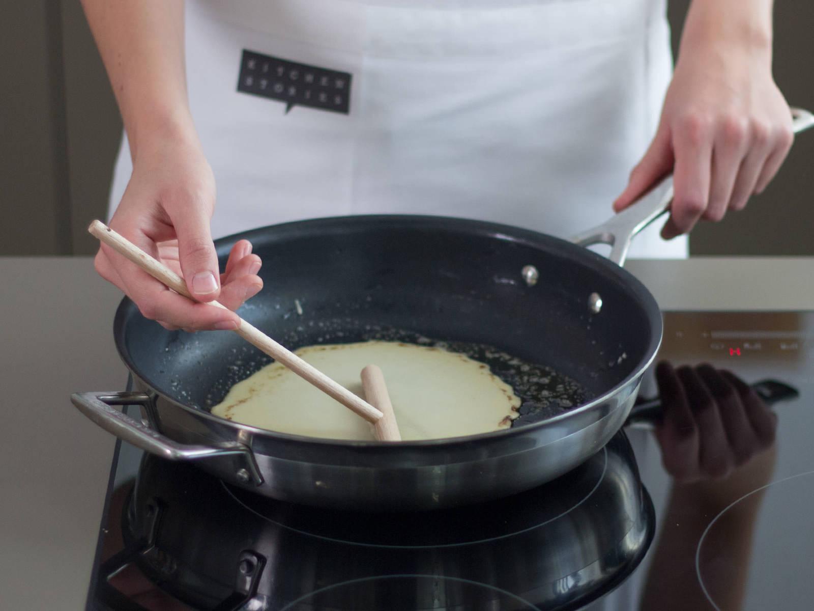 Etwas Butter in einer großen Pfanne zerlassen und Crêpes bei mittlerer Hitze ca. 1 Min. pro Seite goldbraun backen. Auf einen Teller geben und abkühlen lassen.