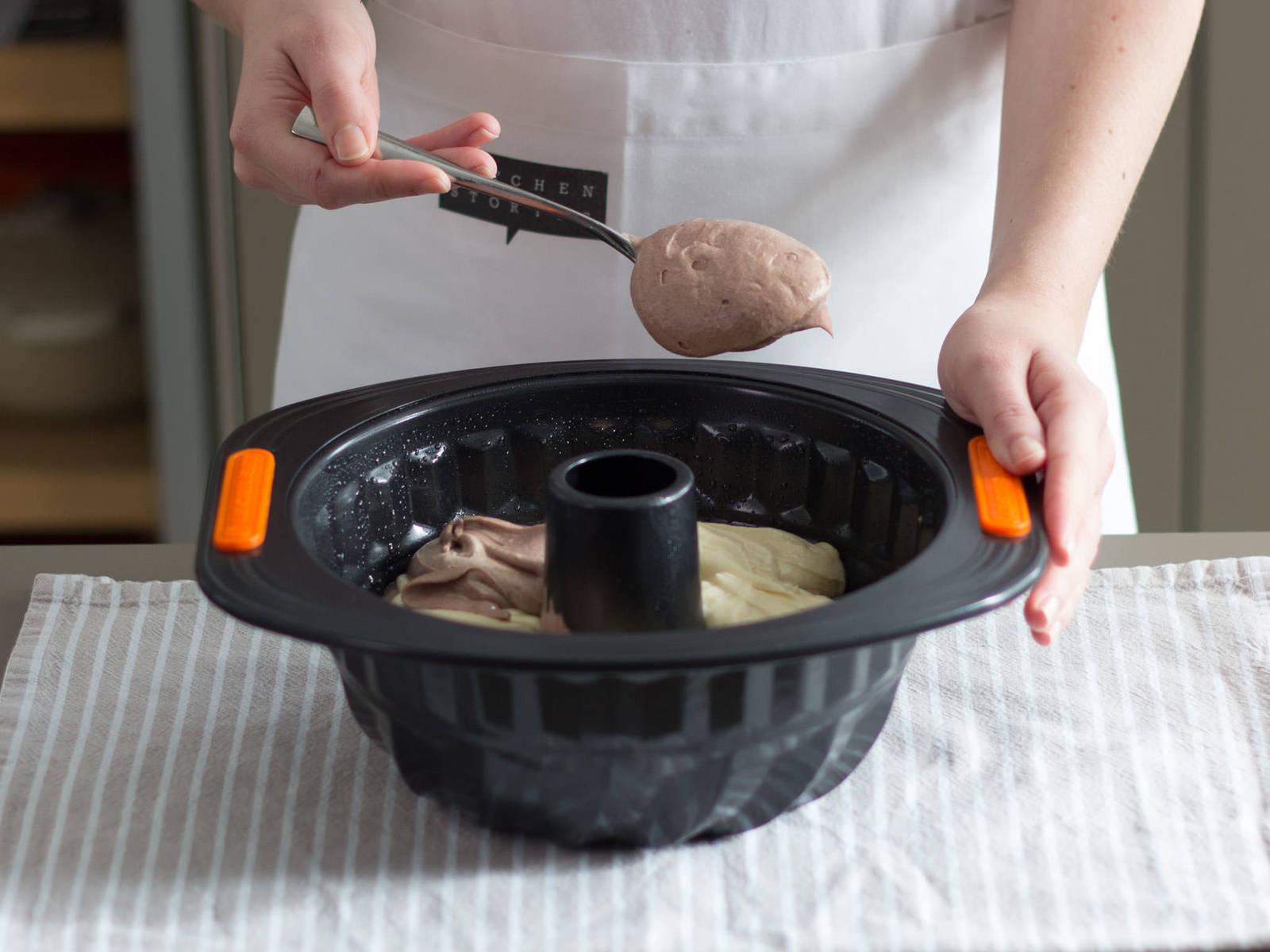 Gugelhupfform einfetten und mit Mehl bestäuben. Abwechselnd hellen und dunklen Teig in die Form geben. Im vorgeheizten Backofen bei 180°C ca. 50 – 60 Min. backen. Aus dem Backofen nehmen und in der Form ca. 15 – 20 Min. abkühlen lassen. Danach auf ein Kuchengitter stürzen.