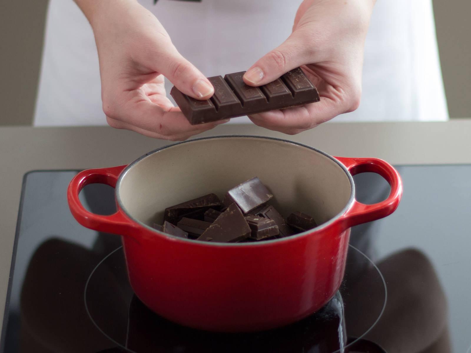 Wenn der Kuchen vollständig ausgekühlt ist, Butter mit Schokolade in einem kleinen Topf auf niedrigster Stufe ca. 5 - 8 Min. schmelzen lassen. Vom Herd nehmen.