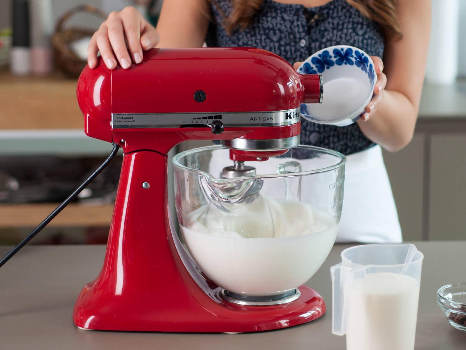 Backofen auf 220°C vorheizen und Eier trennen. Eiweiß mit Zucker in einer Küchenmaschine steif schlagen.
