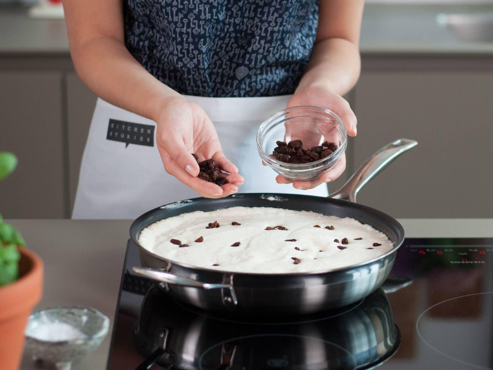 Butter in einer Pfanne bei mittlerer Hitze schmelzen lassen. Teig hinzufügen, mit Rosinen bestreuen und ca. 3 – 5 Min. backen. In den vorgeheizten Ofen geben und bei 220°C ca. 10 - 15 Min. weiter backen bis der Kaiserschmarrn goldfarben ist.