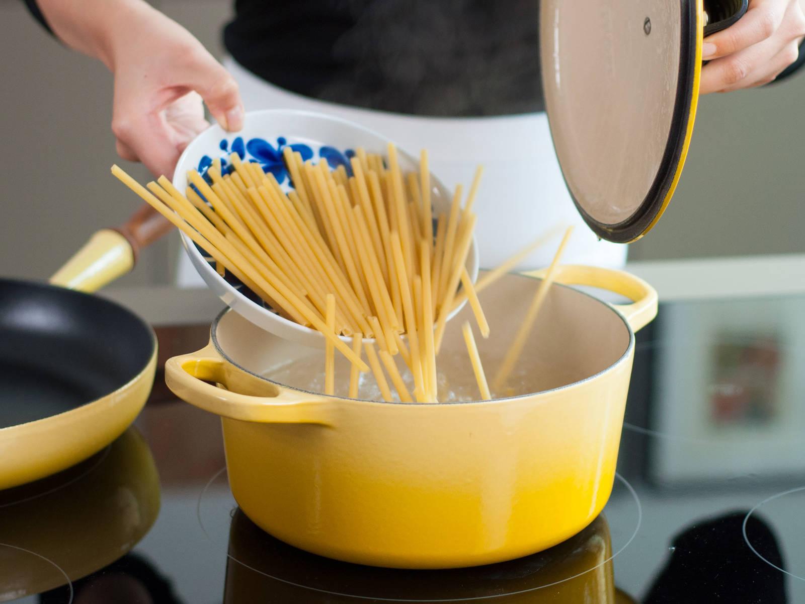 按照包装上的说明,将通心粉放入煮沸的盐水中煮8-10分钟。盛出后沥水备用。