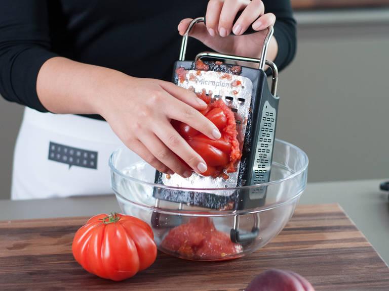 Inzwischen Tomaten auf der groben Seite einer Vierkantreibe reiben. Dabei Stielansatz und Schale entfernen und wegwerfen.