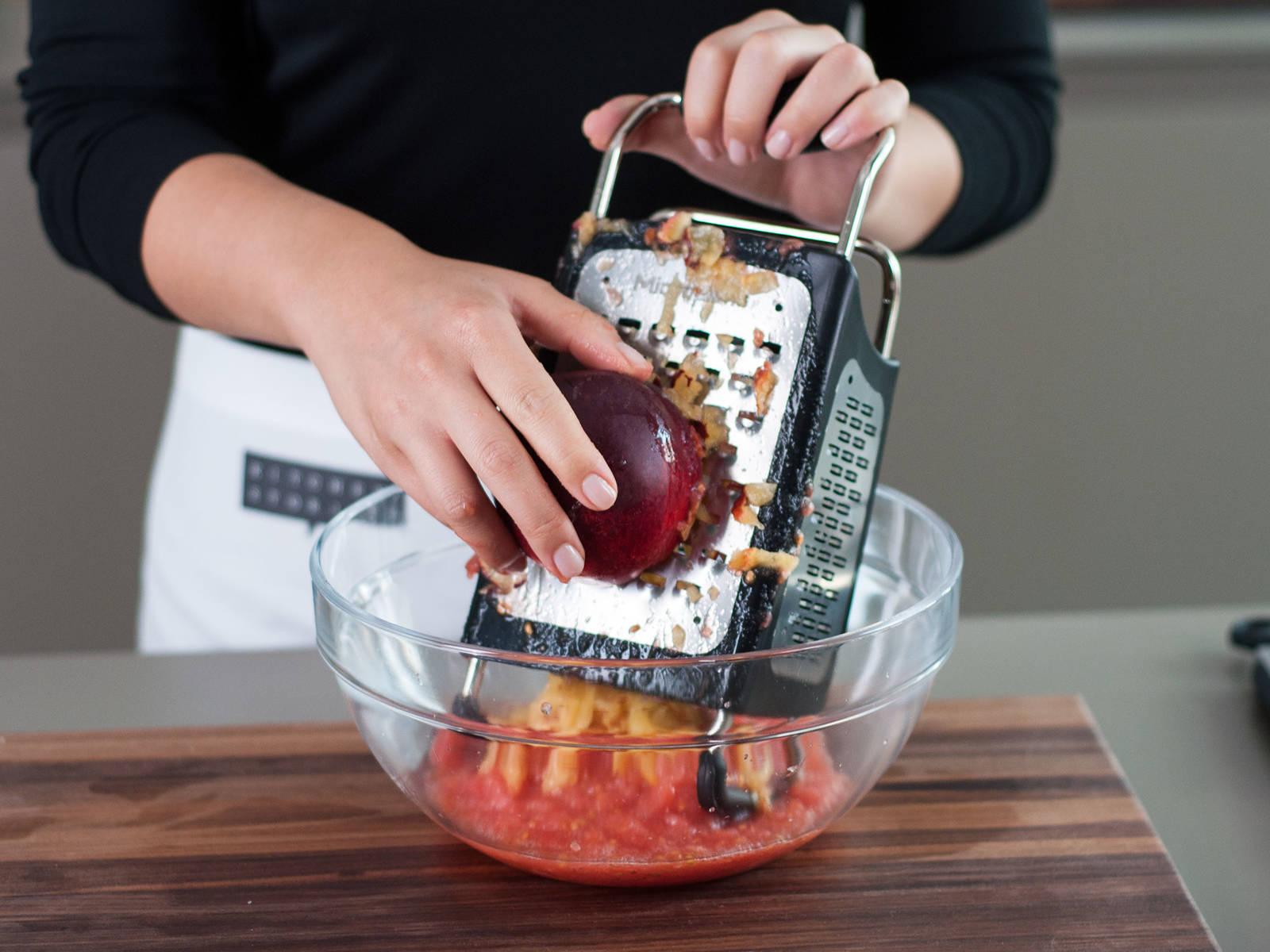 将油桃去核后同样擦入小碗中,用盐与胡椒粉调味,制成番茄油桃酱。
