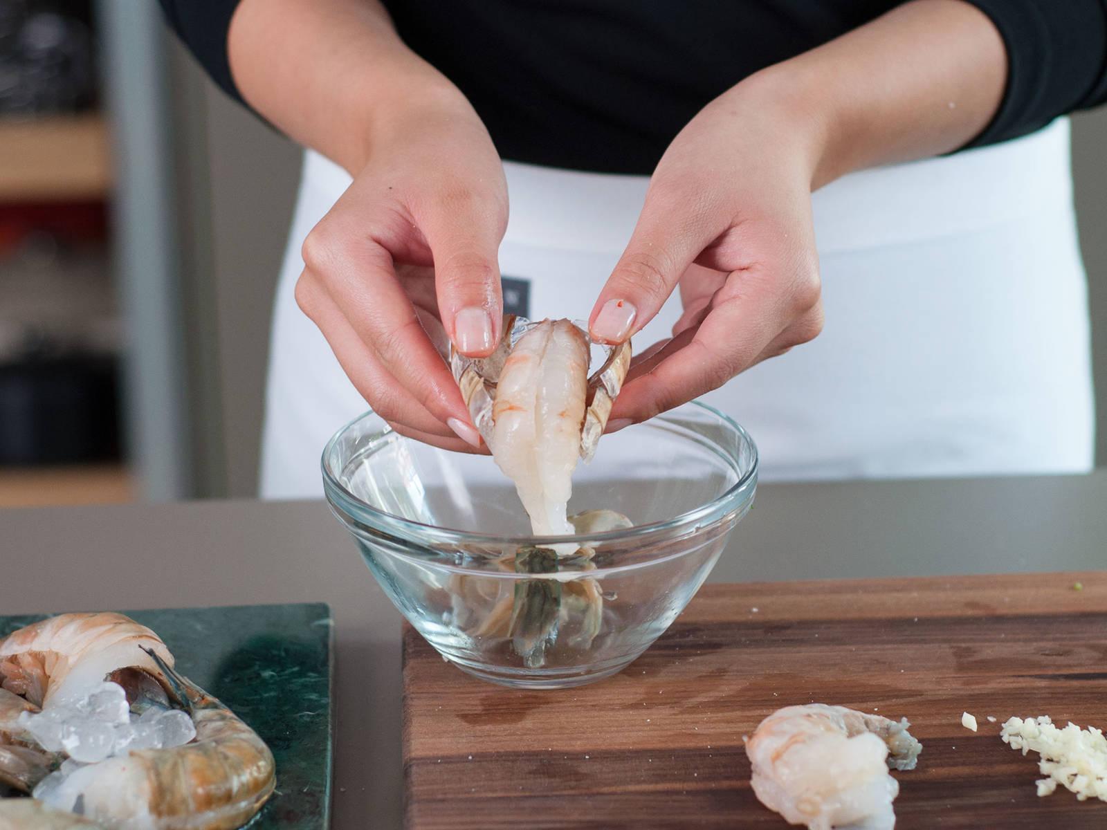 剁碎蒜。将罗勒切细丝,虾去皮,如有需要也可去虾线。