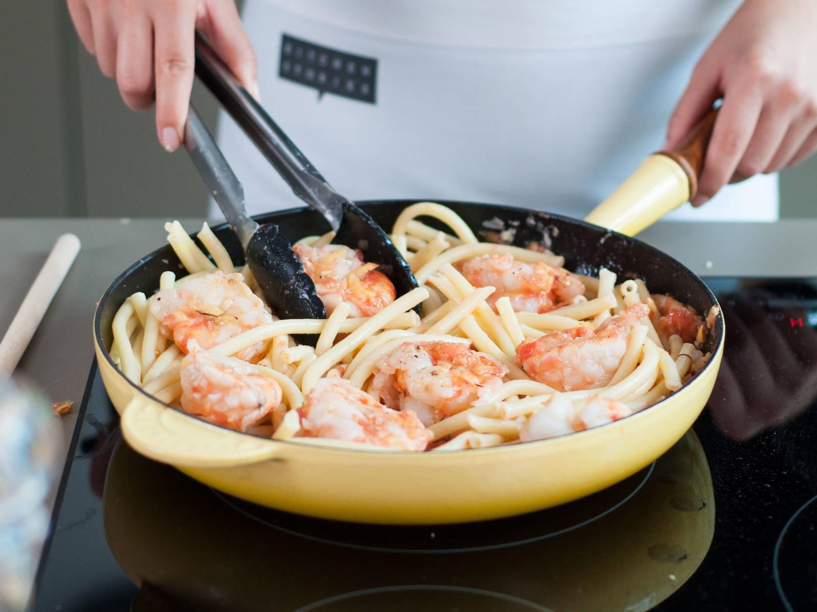 向煎锅中加入通心粉、番茄油桃酱,如有需要可再次加热。