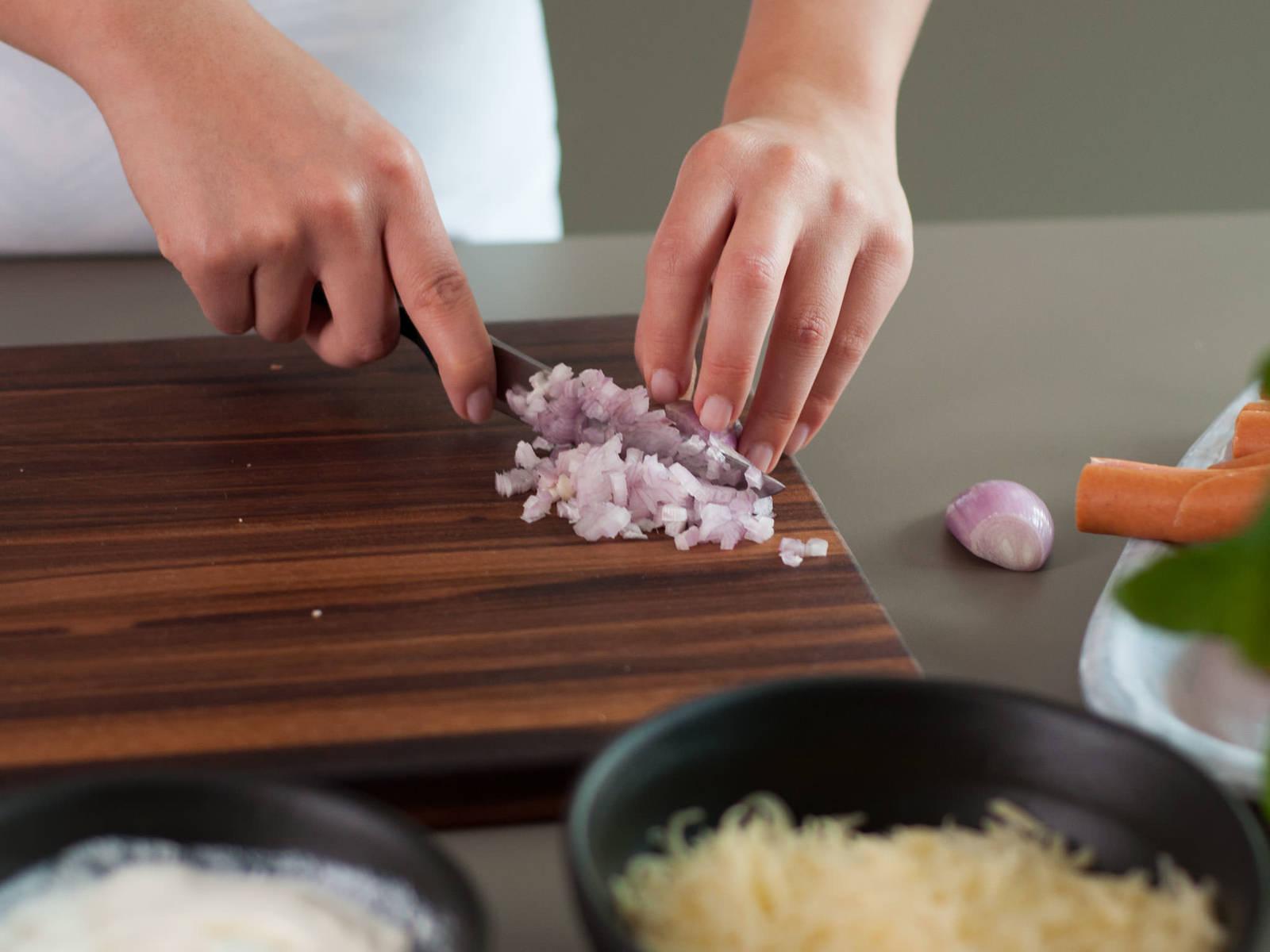 Backofen auf 180°C vorheizen. Schalotten fein würfeln.
