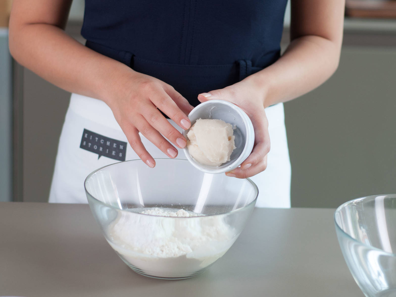 Mix two thirds of the flour with the confectioner's sugar, water and half of the lard. Knead into a smooth dough, set aside and let rest for approx. 30 min.