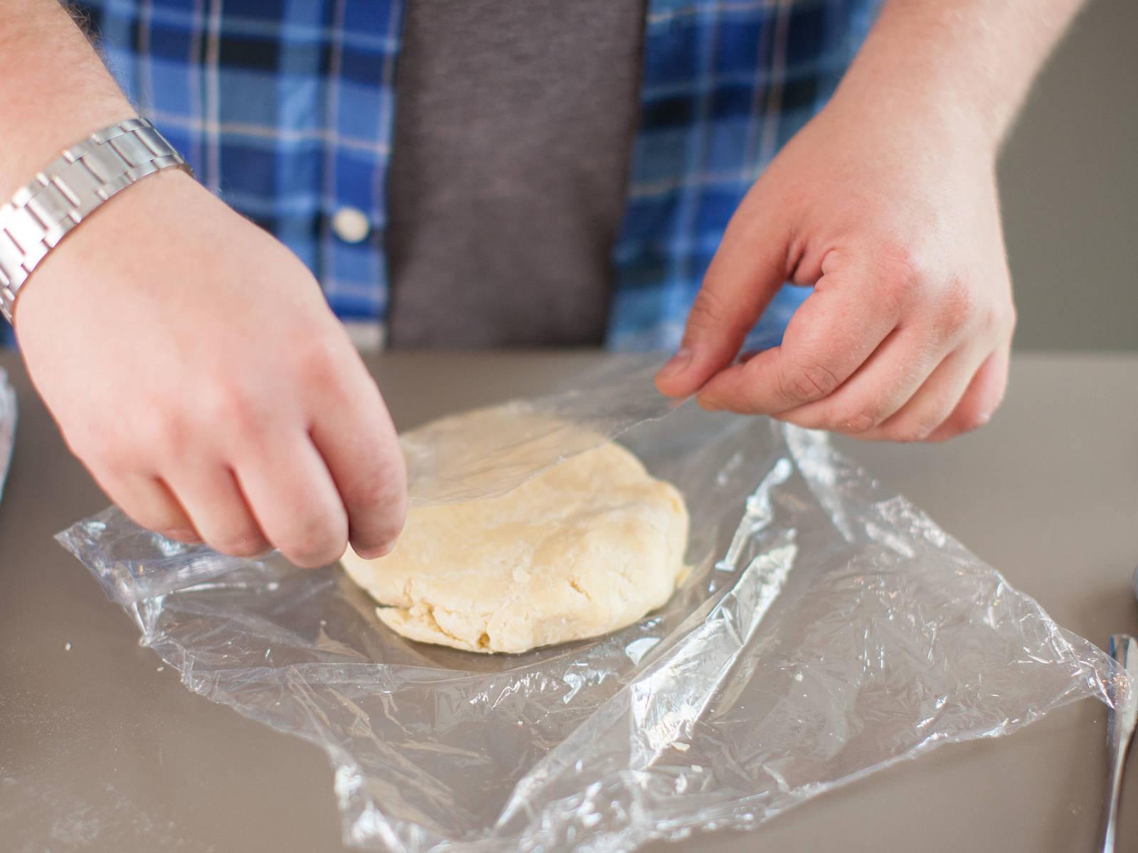 在大碗中加入面粉和一撮盐。加入切成小块的黄油,快速搅拌均匀。加入冷水,将面团滚成球状。用保鲜膜包裹好,放入冰箱,静置 30 - 60 分钟。