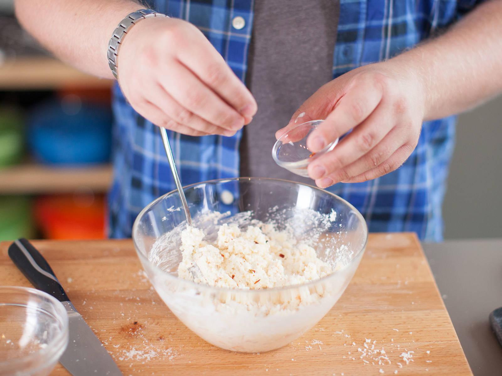 Inzwischen Mozzarella in kleine Würfel schneiden. Gruyère und Parmesan reiben. Käse mit saurer Sahne und Salz vermengen. Mit Pfeffer, geräuchertem Paprikapulver und Muskat abschmecken. Beiseitestellen.