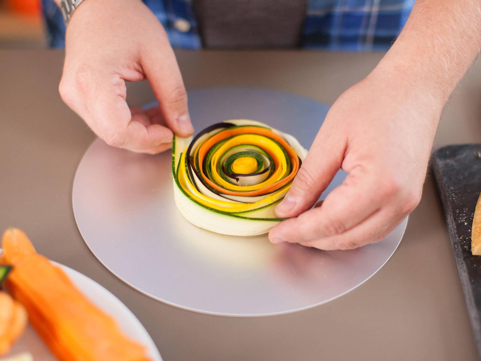 同时,以螺旋方式排列各种蔬菜薄片,使颜色相互交替。继续放入蔬菜,直至螺旋形状与馅饼盘大小一致。