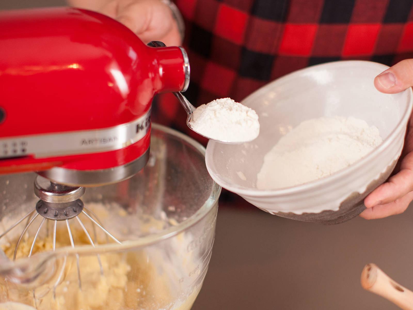 将剩余面粉、泡打粉、小苏打粉、肉豆蔻与一撮盐筛入另一小碗中。在搅拌机运作过程中,依次加入几勺面粉混合物与蛋酒混合物,并不断重复此步骤,至形成顺滑的面糊。