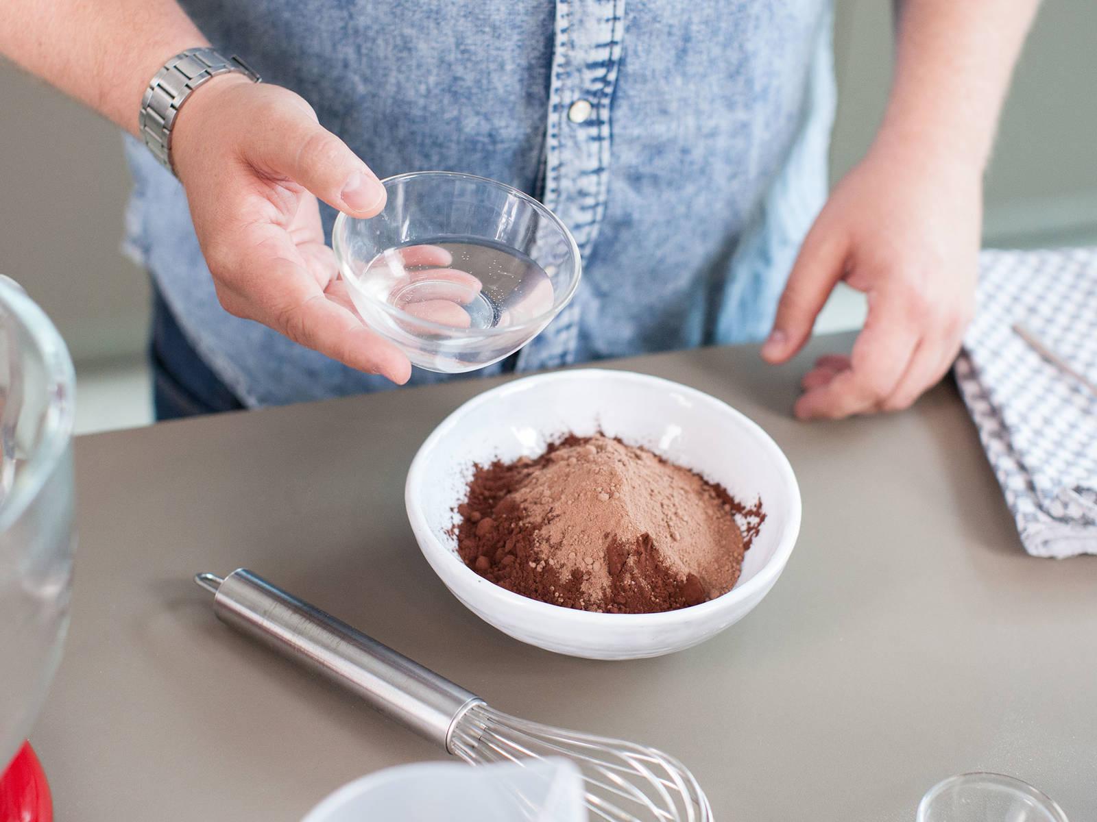 预热烤箱至175摄氏度。在小碗中混合面粉、泡打粉与盐。向大碗中加入可可粉、水与部分糖,如有需要,可加入巧克力麦芽粉,搅拌至顺滑。