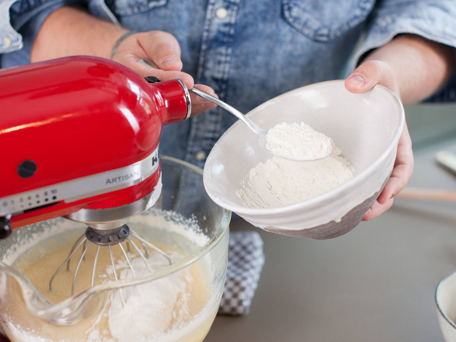 在小锅中融化黄油。将糖与融化后的黄油加入立式搅拌机中,搅拌2-3分钟至混合均匀,加入香草浓浆。向正在运转中的搅拌机中逐个加入鸡蛋,并搅拌均匀。将搅拌机调至低速,逐步加入面粉与牛奶,搅拌至混合即可。