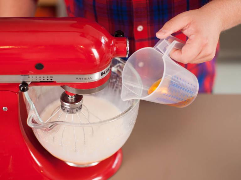 Eigelbe in die Küchenmaschine geben und schaumig schlagen. Restlichen Zucker, Milch, Sahne, Bourbon und Muskat hinzugeben und gut vermengen.