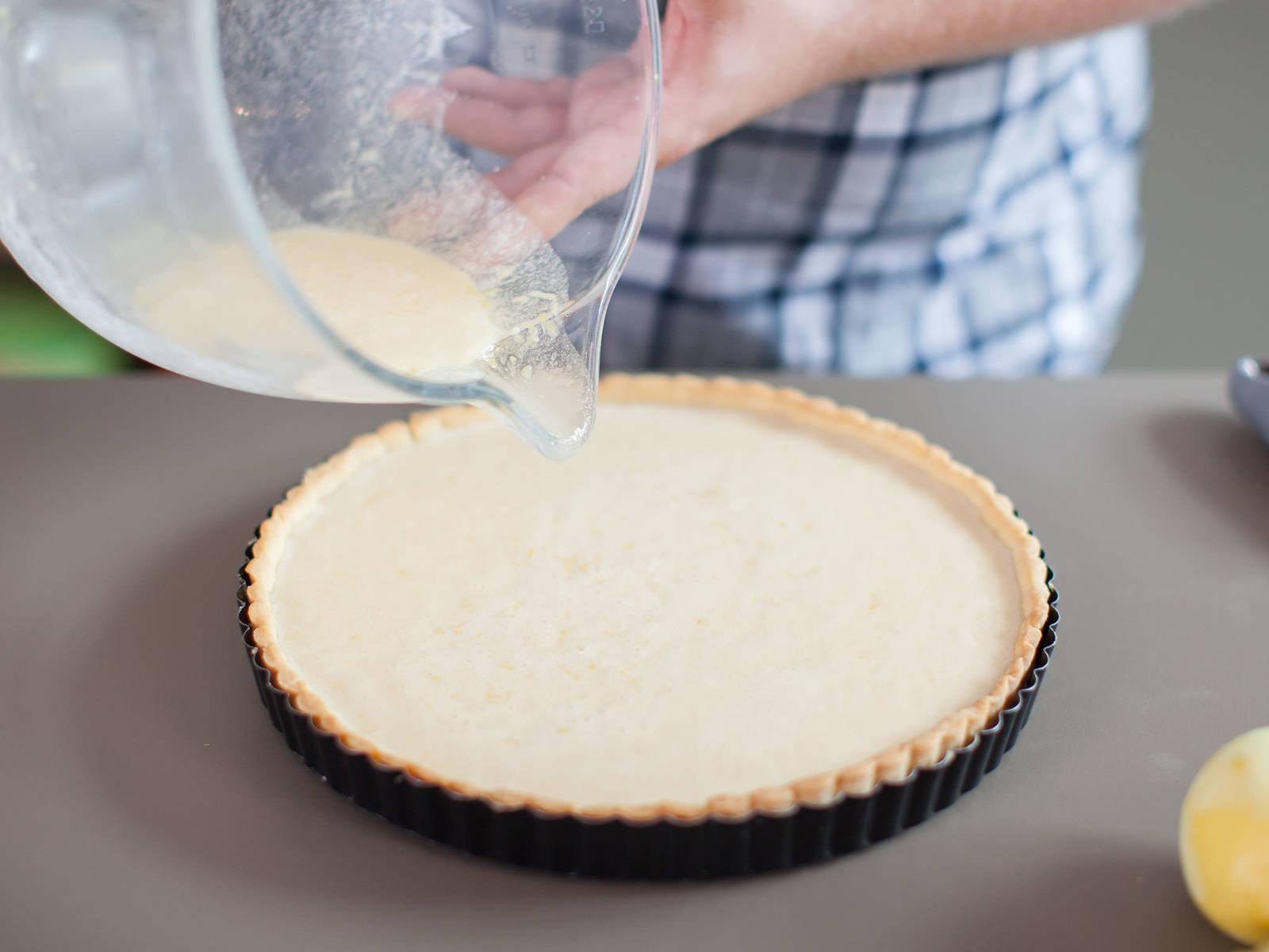 将搅拌好的奶酪混合物注入派盘,放入预热至180摄氏度的烤箱中烘烤30-35分钟,至液体凝固。从烤箱中取出后静置冷却。