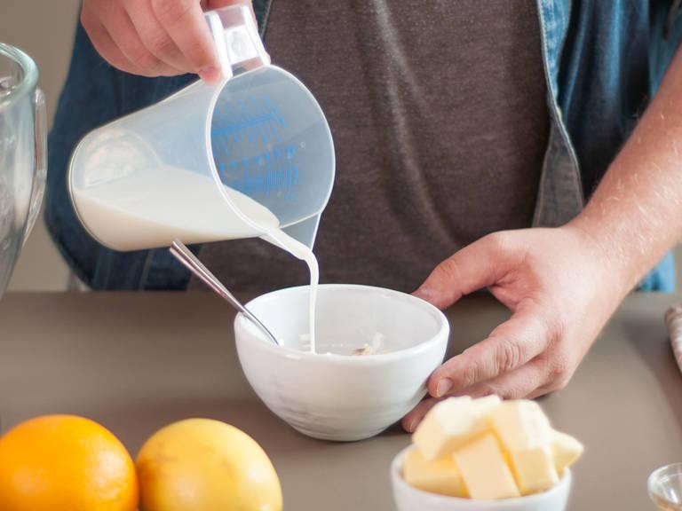 预热烤箱至200摄氏度。在一个小碗中将牛奶、鲜奶油与部分香草浓浆混合。