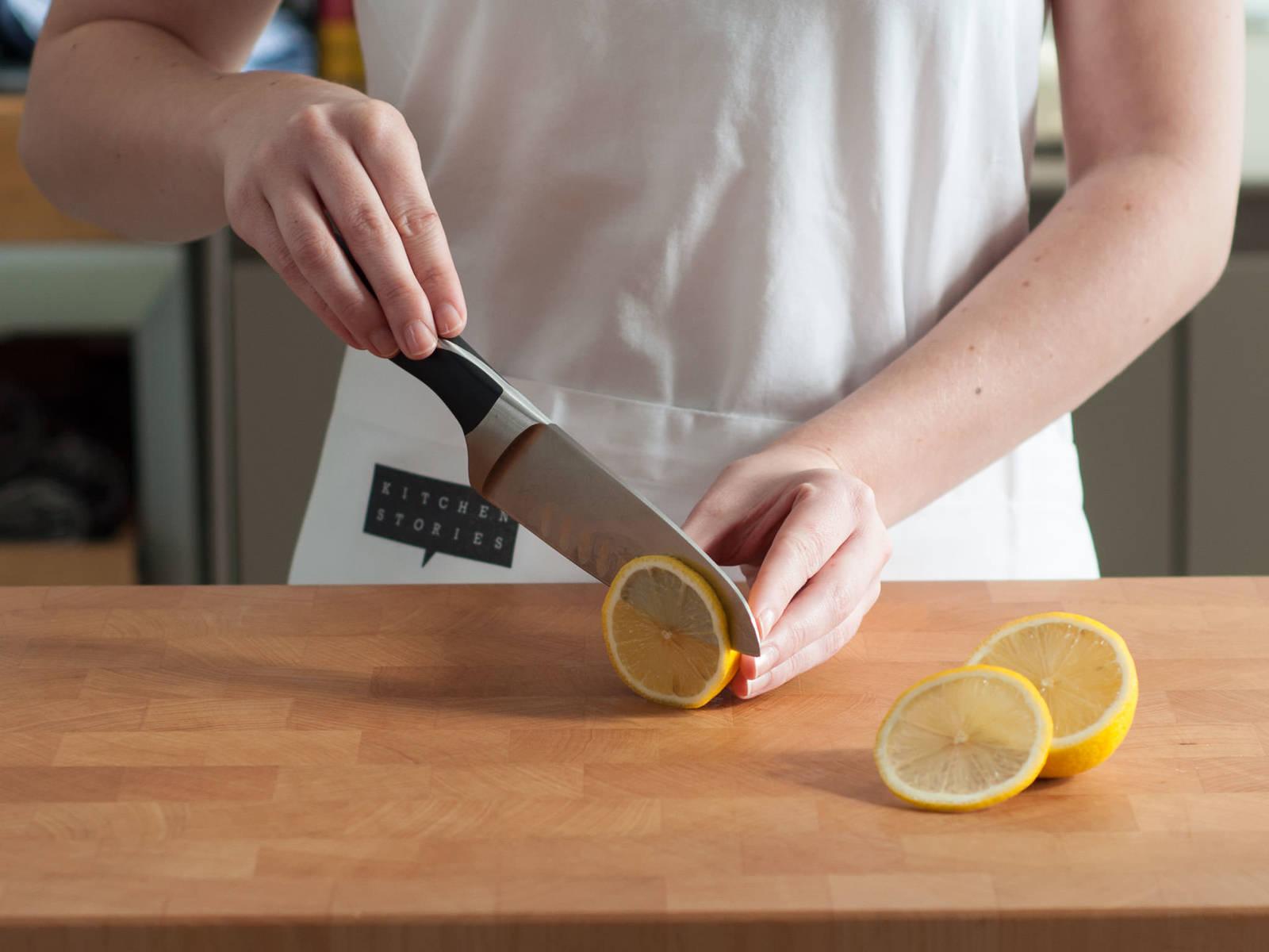 Zitrone in dünne Scheiben schneiden.