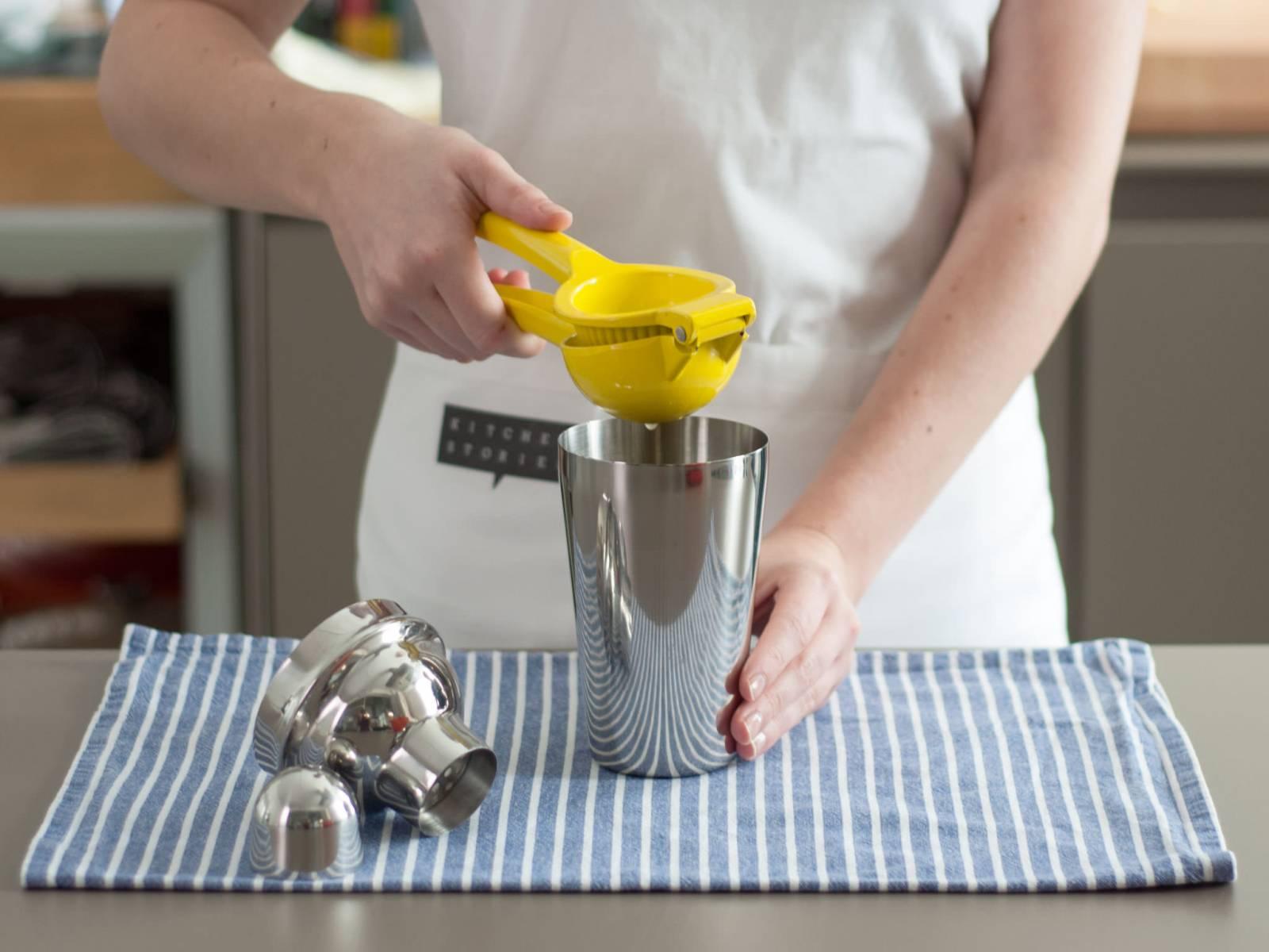 向鸡尾酒壶中加入龙舌兰糖浆、柠檬汁、酸橙汁、橙汁与冰块,用力摇晃约30秒。