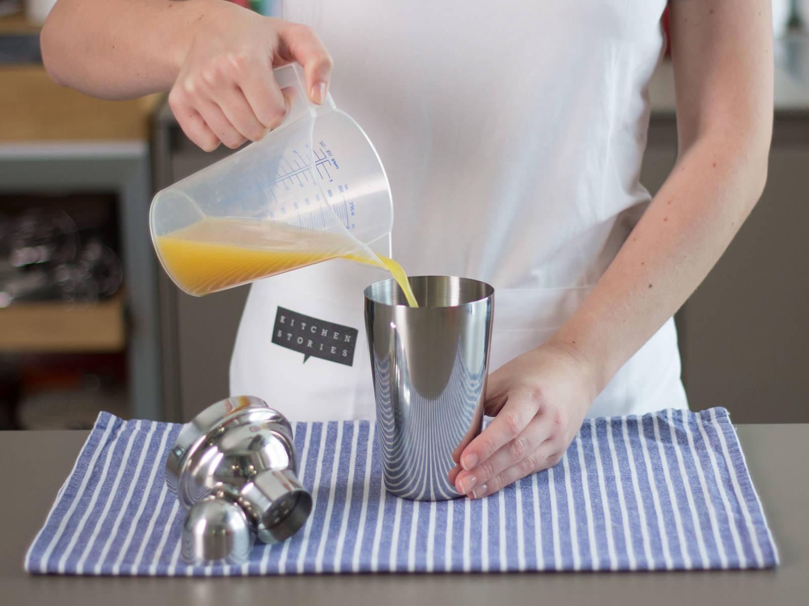 Eiswürfel in Cocktail-Shaker geben. Ananassaft, Kokosmilch und Sahne hinzugeben und kräftig schütteln.