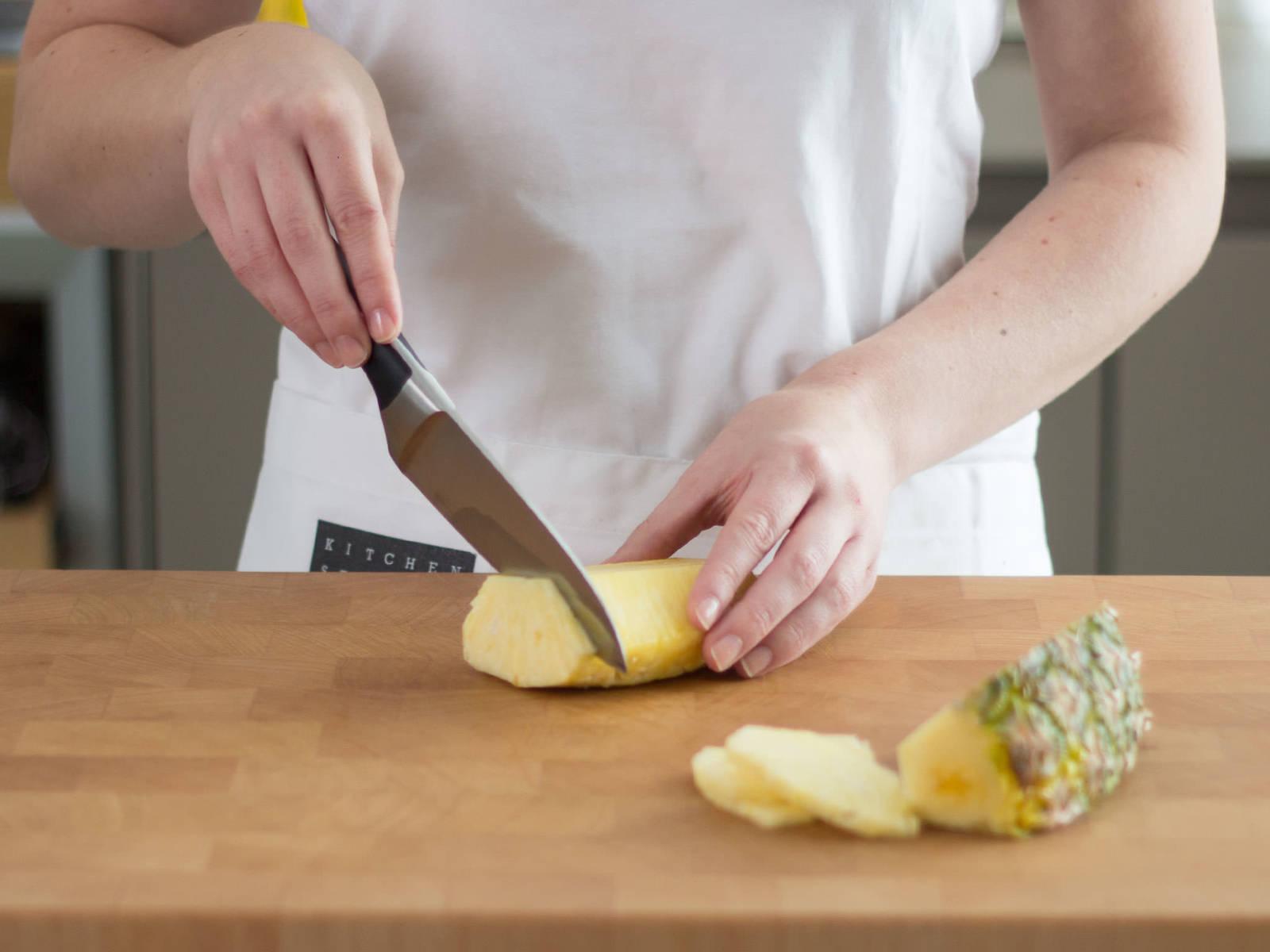 Eine Scheibe Ananas zum Garnieren für später abschneiden.