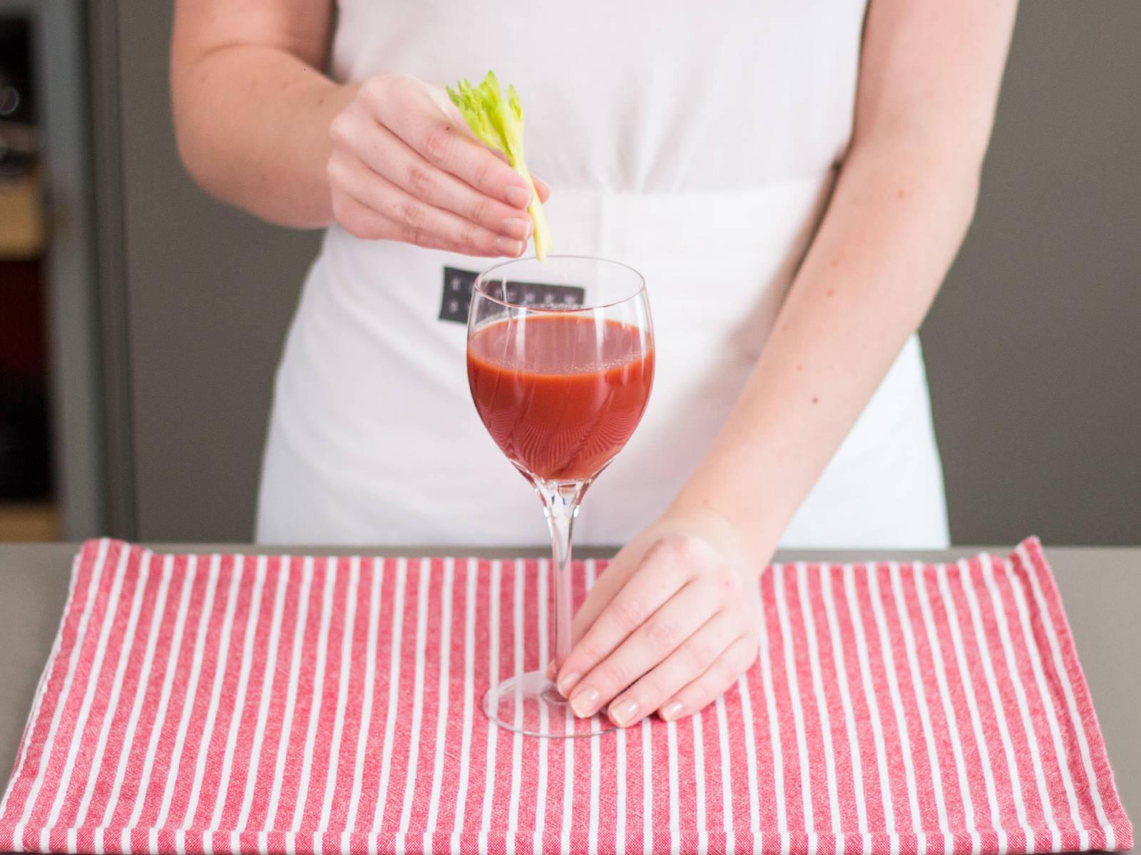 将混合物倒入杯中,饰以芹菜与现磨黑胡椒,搭配早午餐享用!