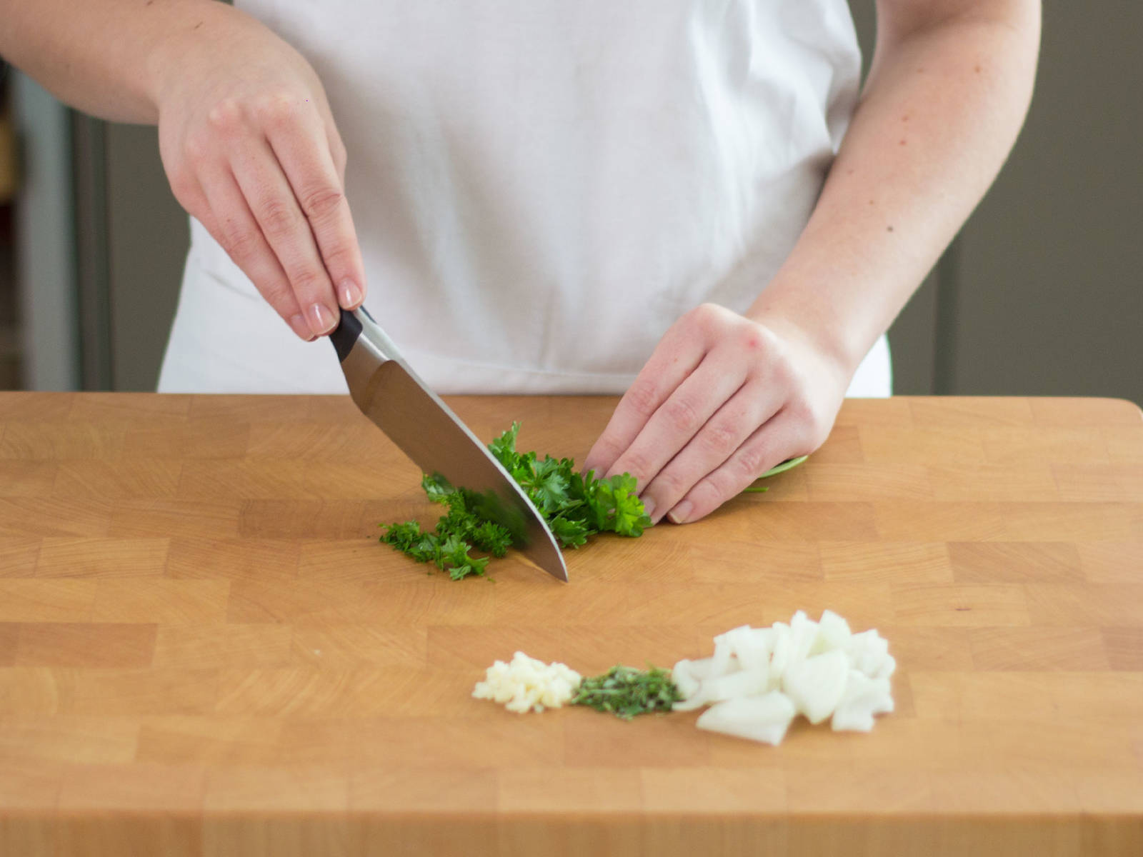 Preheat oven to 150°C/300°F. Coarsely chop onions. Finely mince garlic. Finely chop rosemary and thyme as well as the parsley.