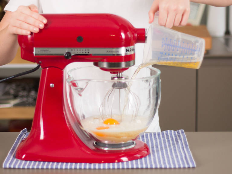 向立式搅拌机中加入面粉、啤酒、植物油、蛋黄与一撮盐,搅拌至顺滑,然后放入冰箱中冷藏约30分钟。