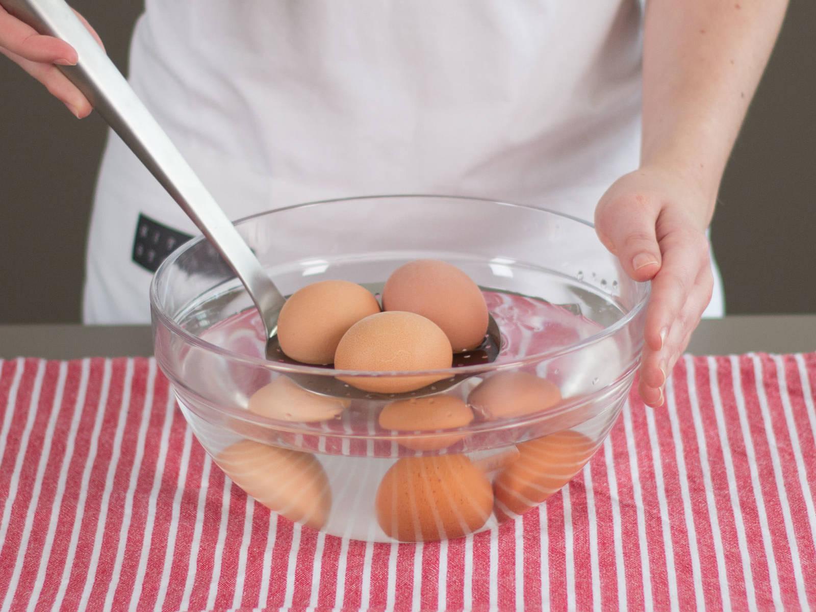 Eier in einer Schüssel mit kaltem Wasser abschrecken.