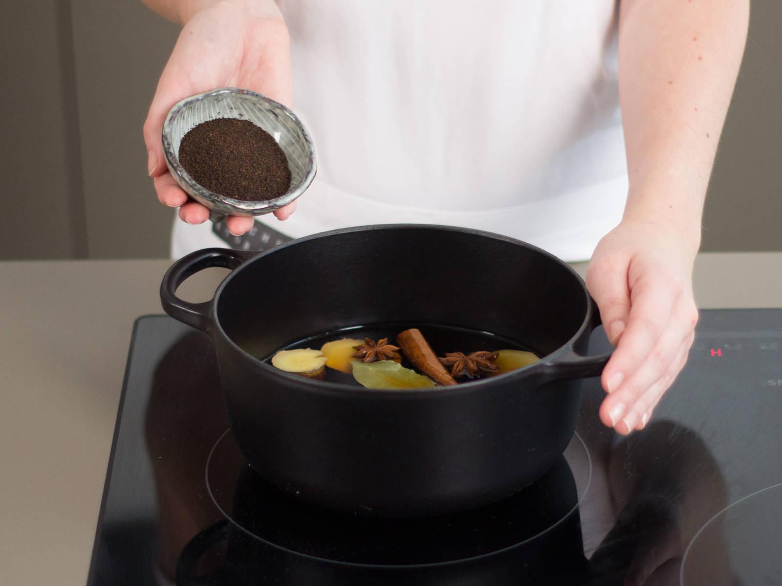 Für die Marinade Wasser, Sojasoße, Tee, den restlichen Zucker, Ingwer, Zimt, Sternanis und Lorbeerblatt aufkochen und ca. 10 Min. köcheln lassen.